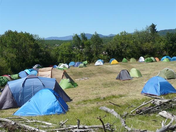 자원 봉사자들이 묵고있는 야영 텐트촌.