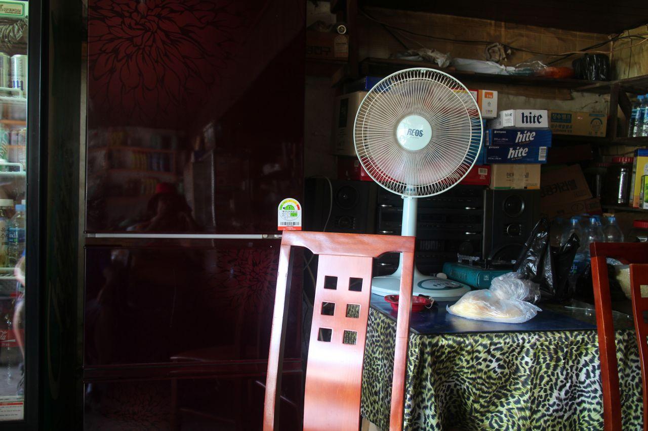 할머니는 맞은편 탁자 위에 올려진 선풍기를 틀더니 잘 돌아가지 않는 선풍기 고개를 자꾸만 우리 쪽으로 꺾었다.