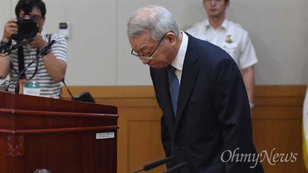 양승태 대법원장이 6일 오전 서울 서초구 대법원에서 열린 전국법원장회의에 참석해 고개숙여 인사하고 있다.
