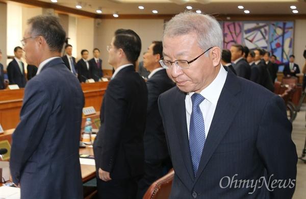 양승태 대법원장이 6일 오전 서울 서초동 대법원에서 열린 전국법원장회의에 굳은 표정으로 입장하고 있다.