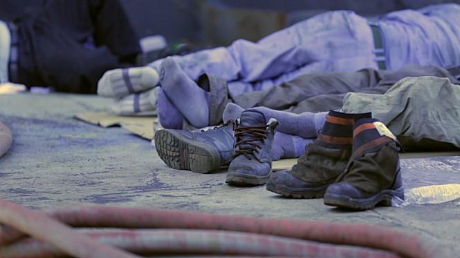 한진중공업 노동자들이 발을 말리며 쉬고 있는 모습을 담은 영화 속 한 장면