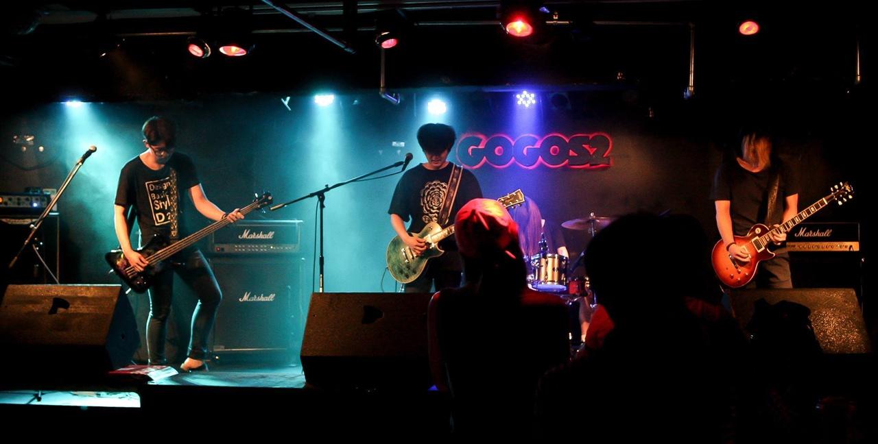 밴드 데일릿지 데일릿지가 홍대에 위치한 클럽 고고스2에서 라이브 연주를 하고 있다.