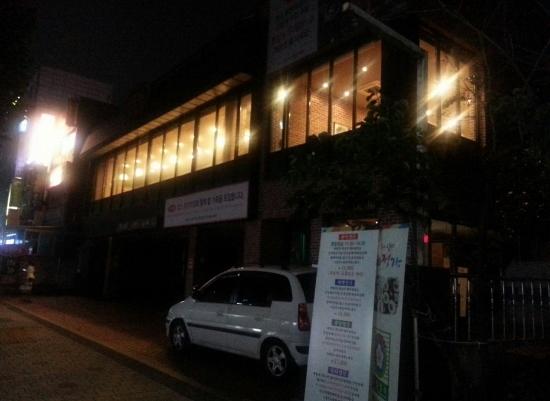 거리로 향한 창은 영업 시간이 끝난 한밤중에도 불빛으로 훤하다.
