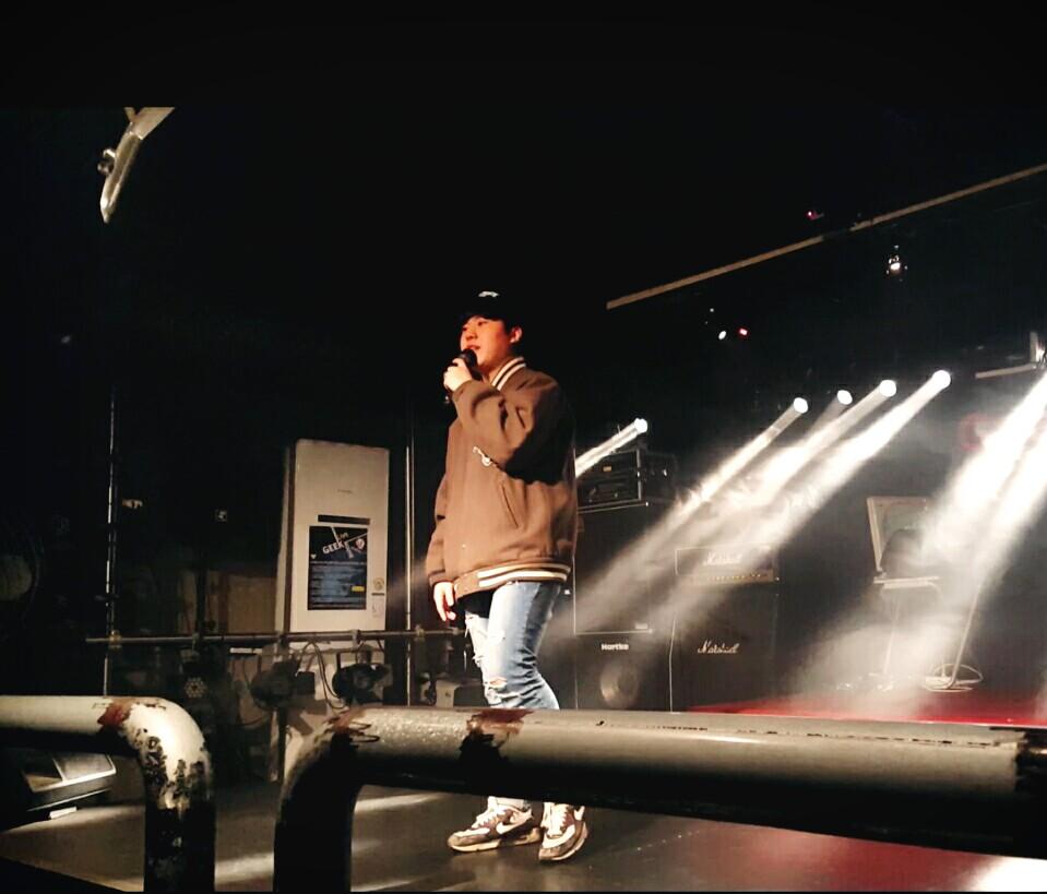 래퍼 레피가 신촌 긱라이브하우스에서 라이브 공연을 하고 있다.