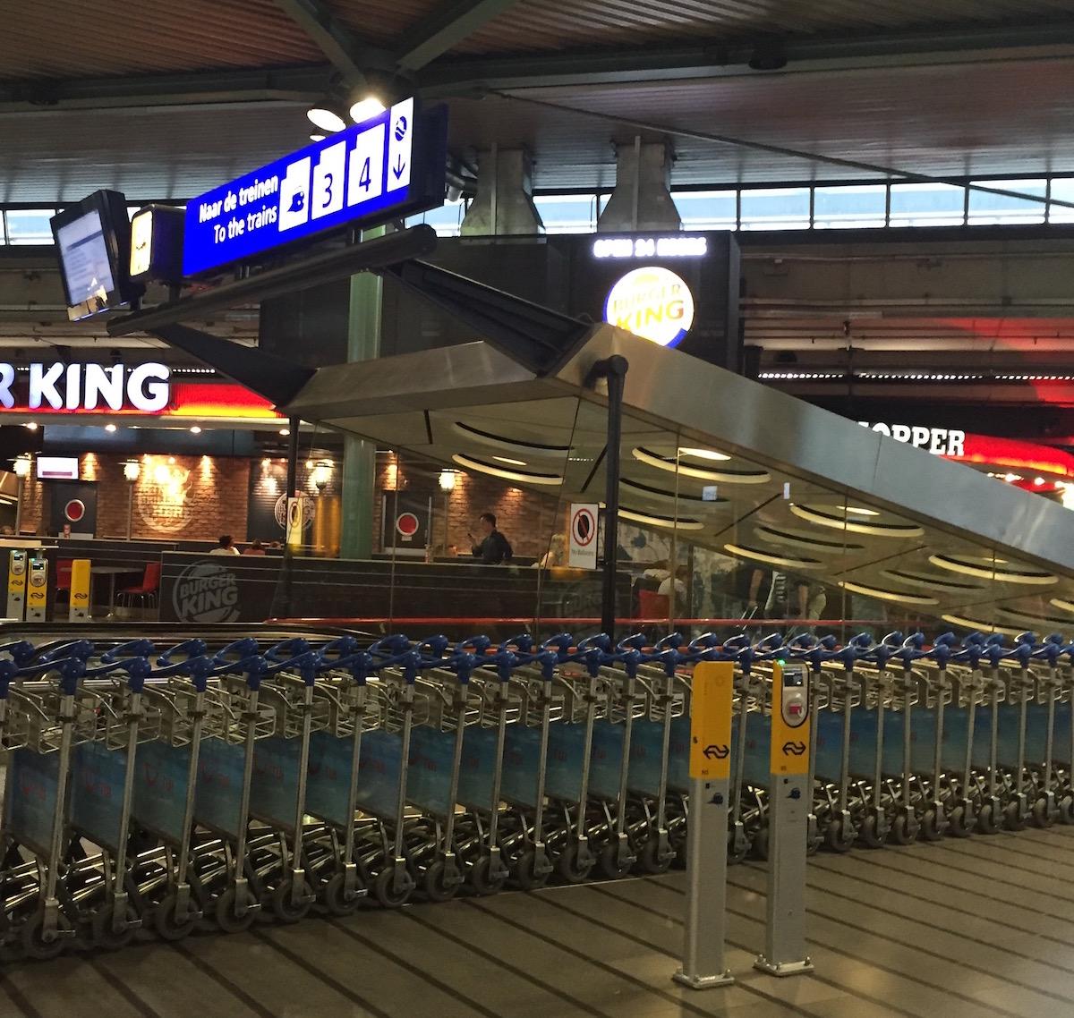 기차를 탈 땐 카트앞 노란 체크기에 티켓을 대고 개시한 후 탑승한다