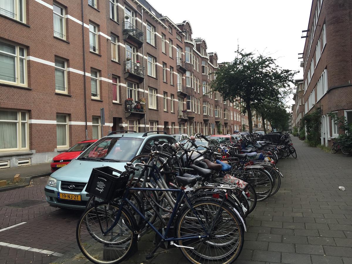필자가 묵었던 암스테르담 주택가 전경과 수 많은 자전거들
