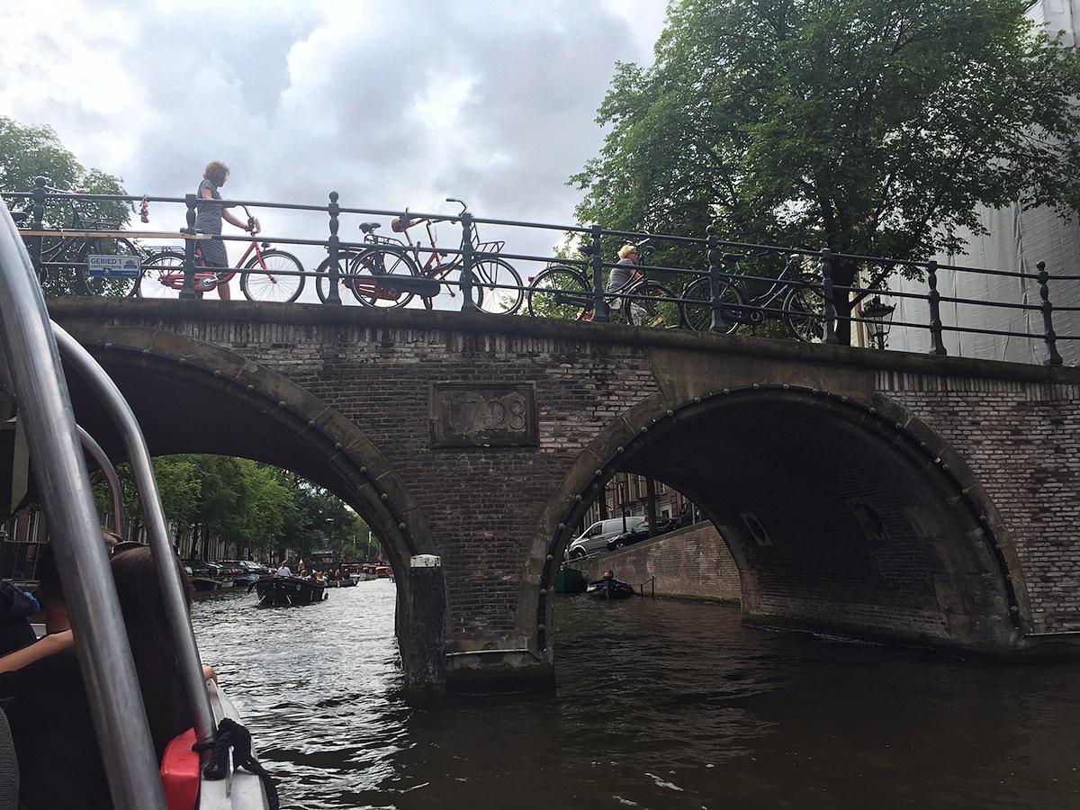 암스테르담 운하의 오래된 다리