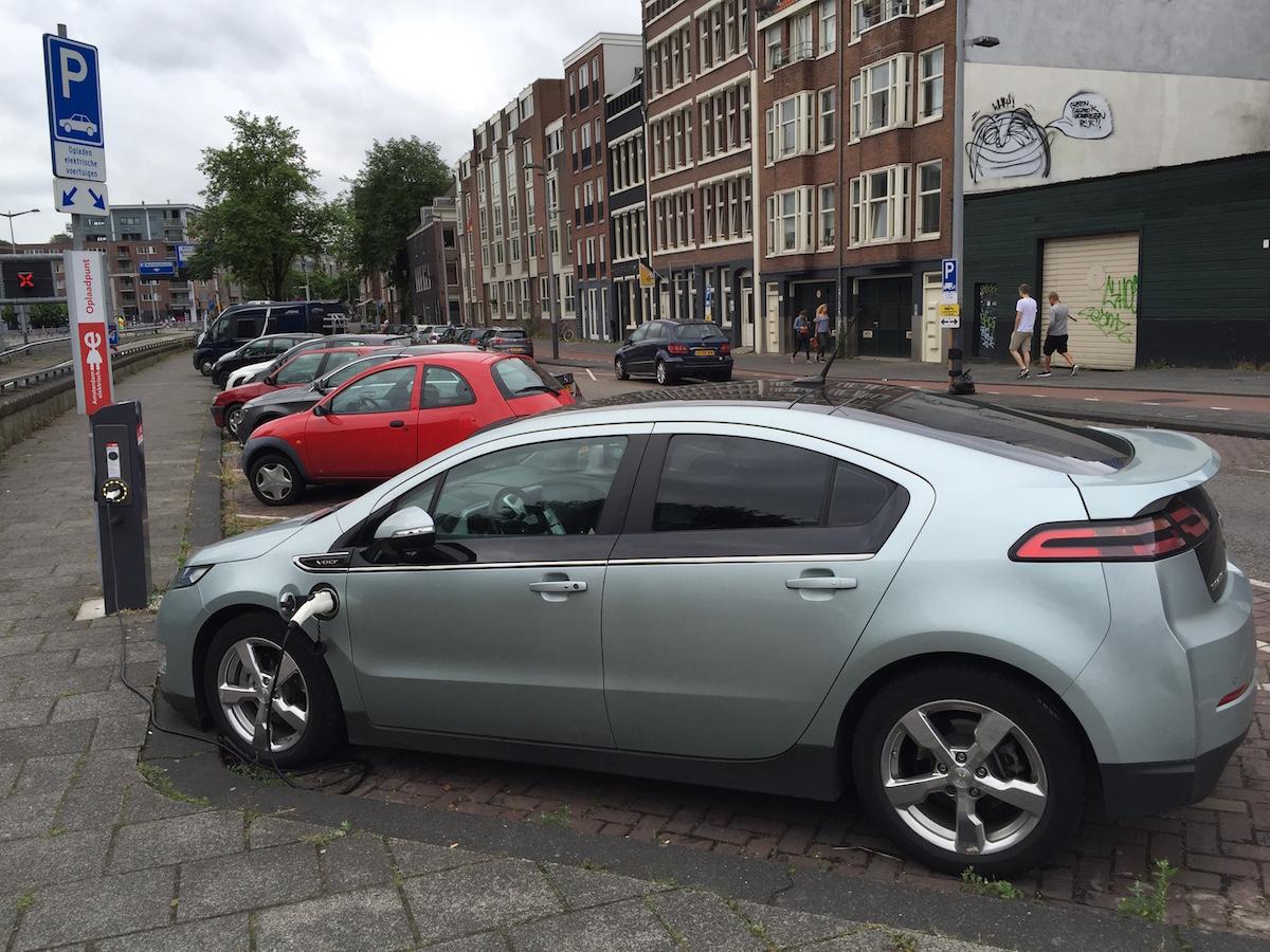 암스테르담 시내 주차장에서 충전 중인 전기차
