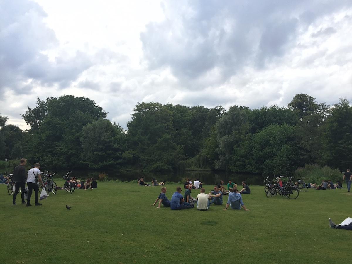 암스테르담 Vondel Park에서 휴식을 취하고 있는 사람들