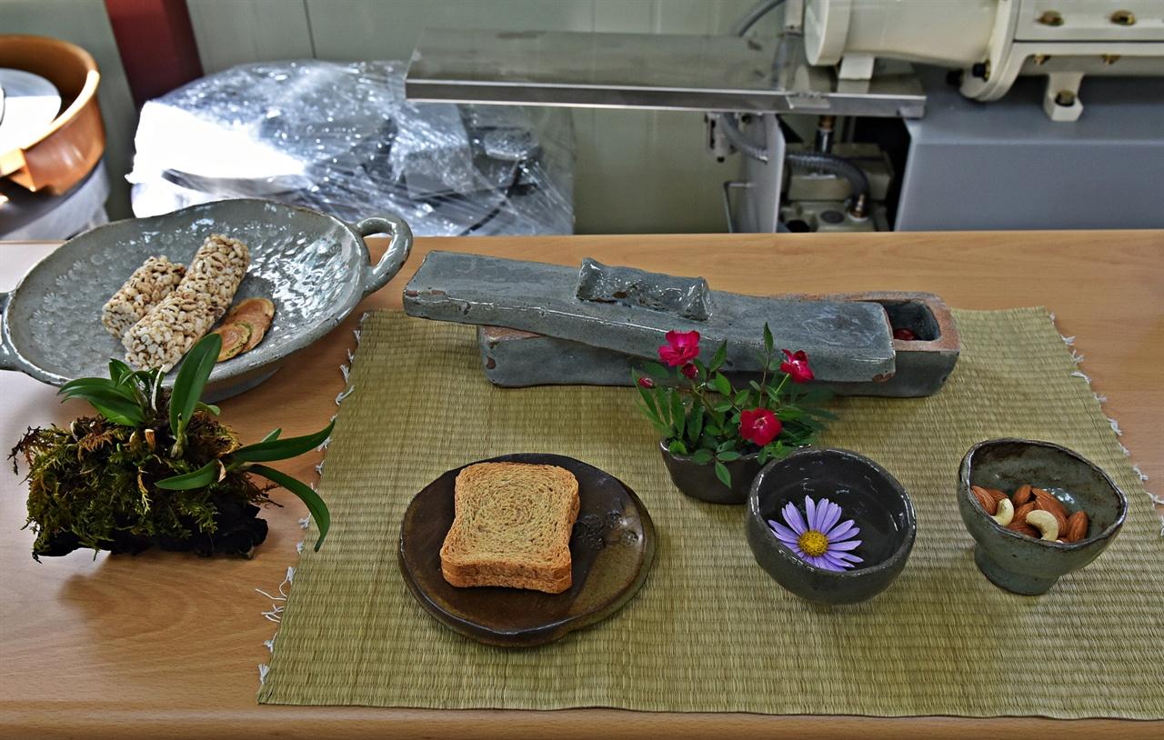 생활자기 양양군 오색마을의 어르신들이 도자기교실에서 배우며 제작한 도자기를 전시했다.