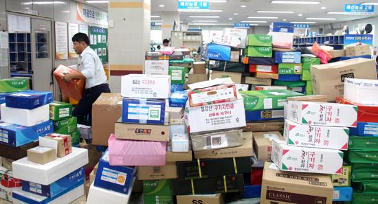 지난 6일 예산우체국 물류과 안에 쌓인 택배상자들.