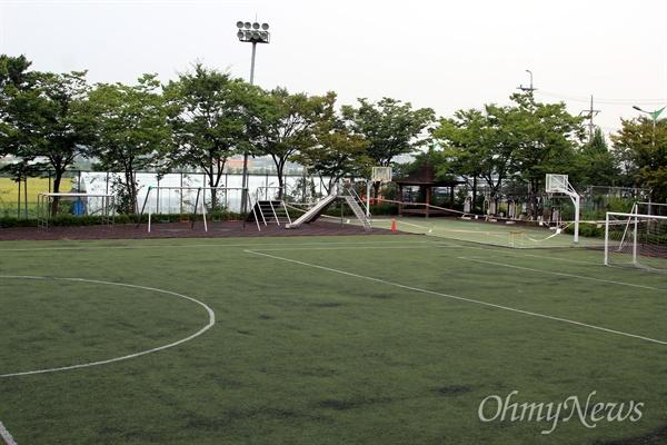 인조잔디에 우레탄 트랙, 우레탄 농구장, 탄성고무 놀이터까지 갖춘 완전 화학물질 덩어리로 만들어진 초등학교 운동장.