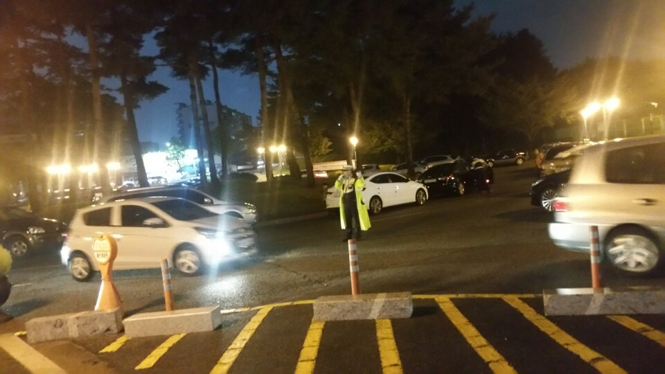 9월 12일 저녁 10시쯤 울산 남구 신정동 울산대공원 입구에 있는 공영주차장에 갑자기 차량들이 몰려오자 경찰이 교통정리를 하고 있다