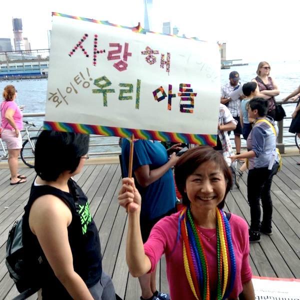 클라라 윤 씨는 트랜스젠더인 아들과 모든 성소수자가 행복하게 살아가길 바라는 마음으로 성소수자 활동을 적극적으로 하고 있다. (사진/API Rainbow Parents of PFLAG NYC 페이스북 캡쳐)