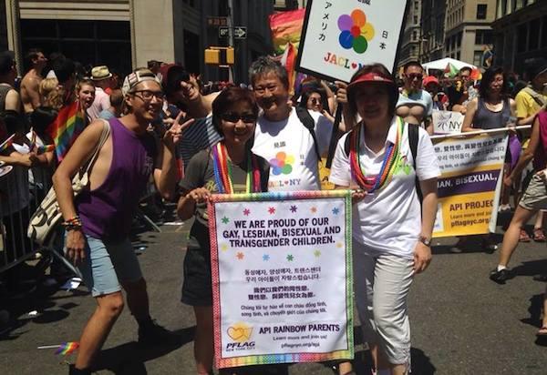 클라라 윤 씨는 성소수자 가족을 격려하고, 성소수자 자녀의 인권 향상과 사회적 지지를 이끌기 위해 적극적으로 활동하고 있다. (사진/API Rainbow Parents of PFLAG NYC 페이스북 캡쳐)