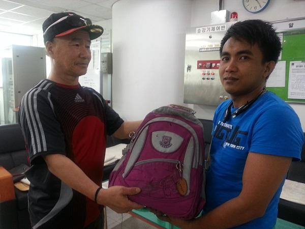 돈가방(배낭) 전달 14일 오전 11시 25분경 당고개역 직원들의 가교로 돈 140만원과 휴대폰이 들어 있는 가방을 찾는 필리핀 노동자 레이몬씨(우)와 가방을 전달한 임용규 할아버지(좌)이다.