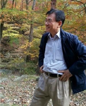연세대 교내 청송대 숲에서 인터뷰에 응하고 있는 고정식 교수.