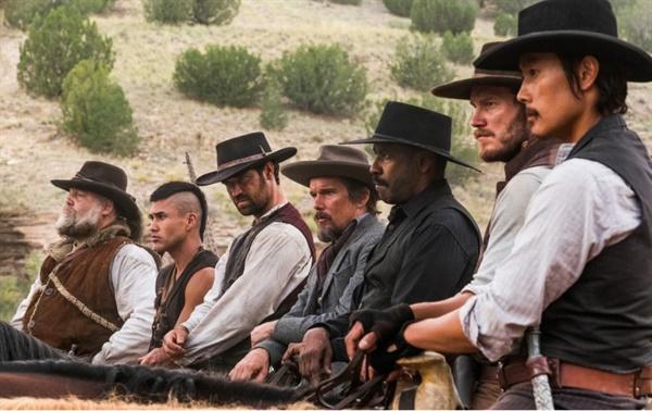 영화 <매그니피센트 7>의 한 장면. 자본가의 횡포에 직면한 마을을 구하기 위해 뭉친 7인 7색 용병들의 모습. 이들의 개상이 영화의 가장 큰 볼거리다.