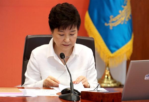 (서울=연합뉴스) 백승렬 기자 = 박근혜 대통령이 13일 오전 청와대에서 열린 국무회의에서 자료를 보고 있다. 2016.9.13