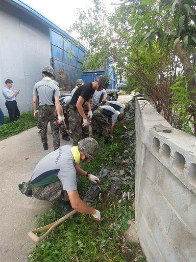 추석인 지난 15일 경북 경주시 내남면에서 군인들이 지진 피해 복구작업을 벌이고 있다.