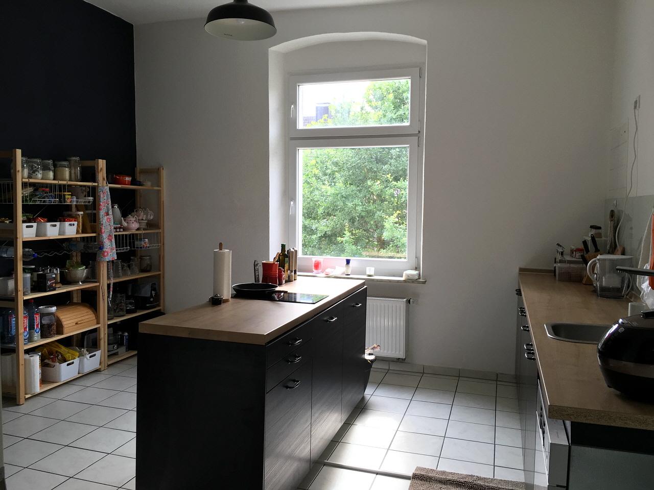 독일에선 전등도 없이 전선만 나와 있는 빈 집으로 이사를 한다. 벽 페인트 칠부터 싱크대 조립까지 두 사람이 손수 꾸몄다.