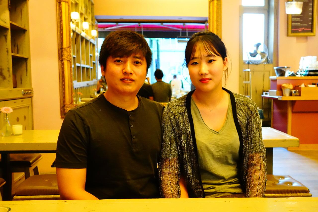 9월 7일 에센의 한 카페에서 두 사람을 만났다.