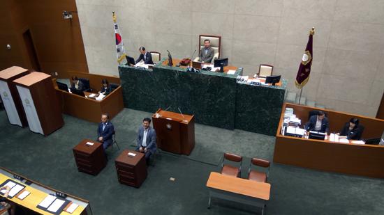 무기명 투표? 성남시의원들 소신은 어디에 갔나? 성남시의회가 전자투표기가 도입됐음에도 무기명 투표로 시의원들의 소신을 감추고 있다.