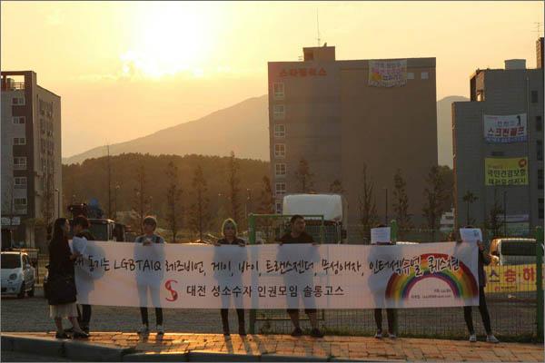 22일 목원대 운동장에 '동성애를 반대한다'는 내용의 현수막이 내걸렸다. 이에 10여명의 성소수자인권모임 회원 등은 현장에 찾아가 항의시위를 벌였다.
