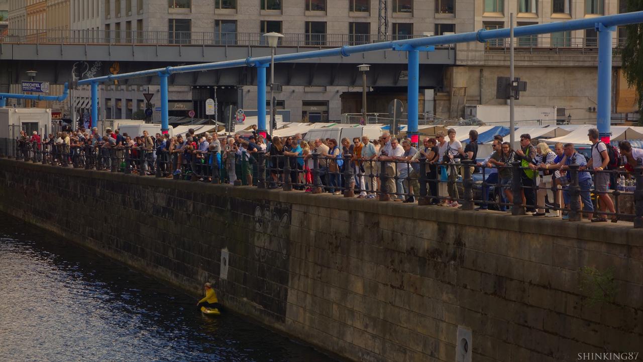 슈프레 운하에서 벌어진 수영 대회를 구경하는 사람들의 모습