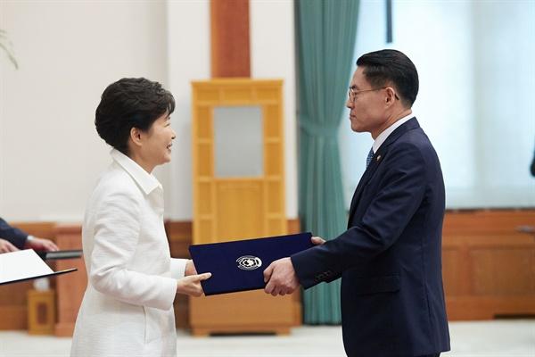 지난 13일 신임 장관 임명장 수여식 당시 박근혜 대통령과 김재수 농림축산식품부 장관.