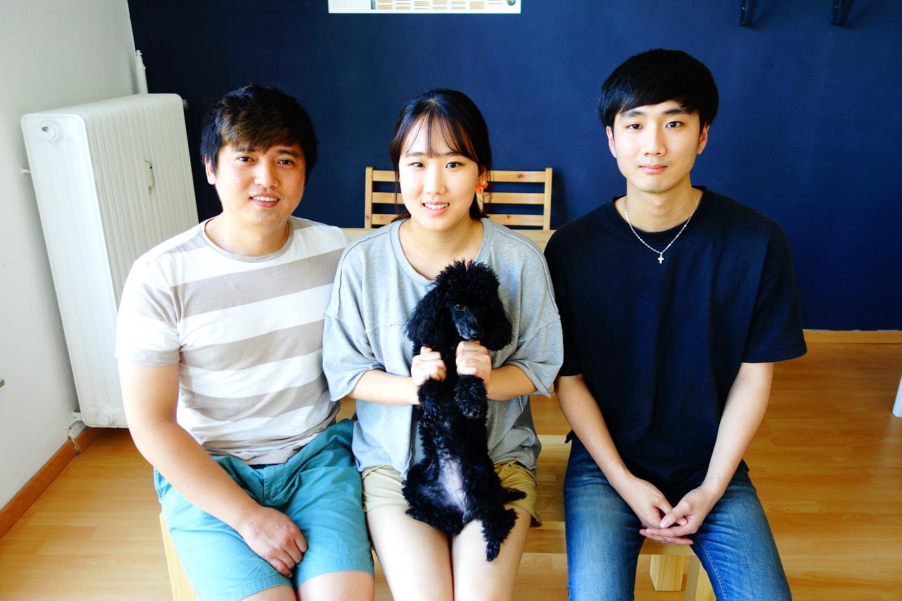 맨 오른쪽은 보경씨의 설득으로 독일에서 공부 중인 보경씨의 동생이다. 한국에서 같이 온 강아지 쨈도 함께 살고 있다.