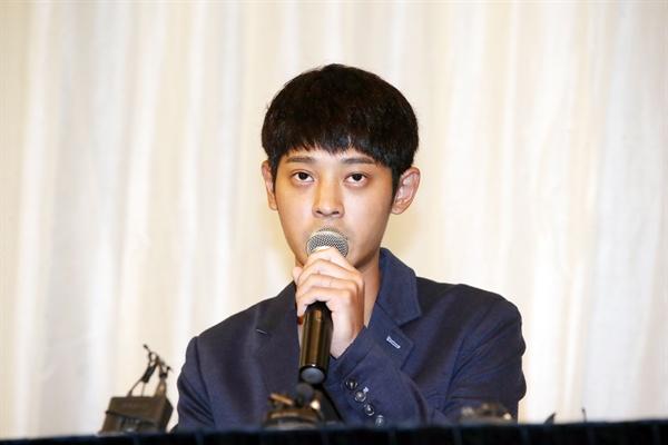 가수 정준영이 25일 서울 노보텔 앰배서더 강남에서 여자친구의 신체 일부를 몰래 촬영한 혐의로 검찰 수사를 받고 있는 것과 관련해 입장발표 기자회견을 하고 있다.