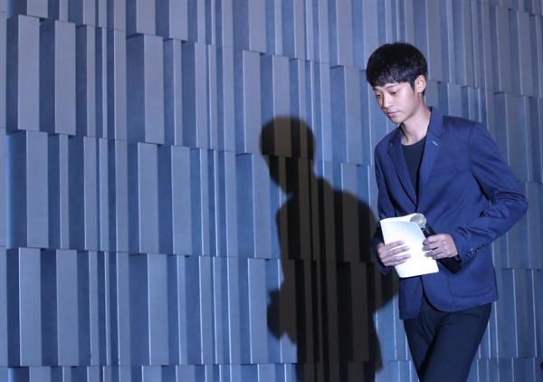 가수 정준영이 25일 서울 노보텔 앰배서더 강남에서 여자친구의 신체 일부를 몰래 촬영한 혐의로 검찰 수사를 받고 있는 것과 관련해 입장발표를 위해 들어서고 있다.