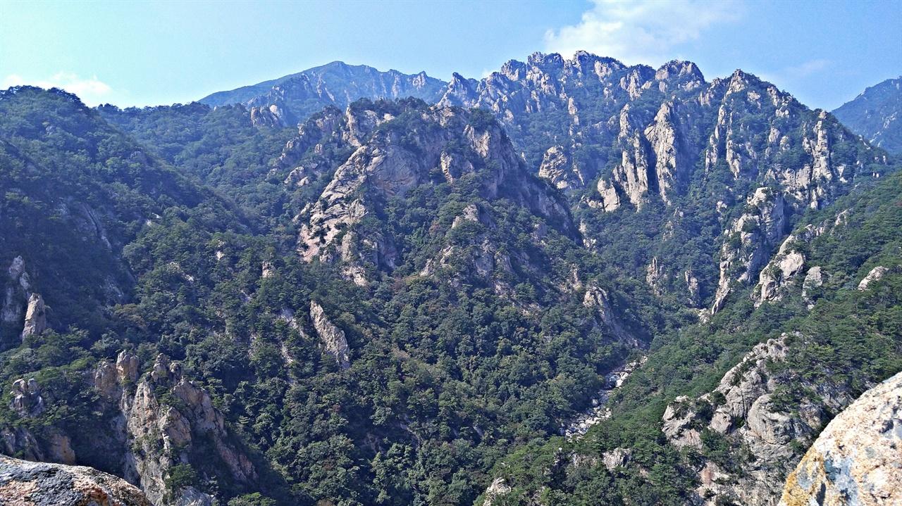 망경대 설악산 오색마을의 망경대에서 바라보는 만물상과 등선대, 그리고 한계령에서 점봉산으로 이어지는 백두대간의 조망이 아름답다.