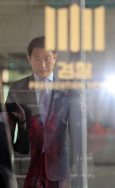 '스폰서·수사무마 청탁' 의혹으로 피의자 신분으로 소환된 김형준 부장검사가 지난 24일 오전 서울 서초구 대검찰청을 나서는 모습.