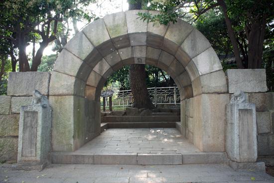 임진왜란 발발 당시 박홍이 대장으로 있었던 부산 경상좌수영성의 남문 모습. 무지개 모양의 홍예로 된 성문 형상이 특징이다.