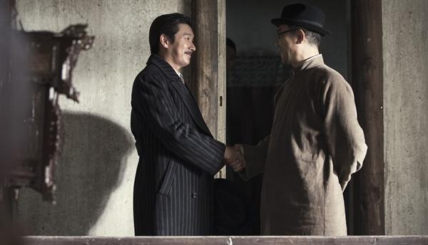 영화 <암살> 중 한 장면.
