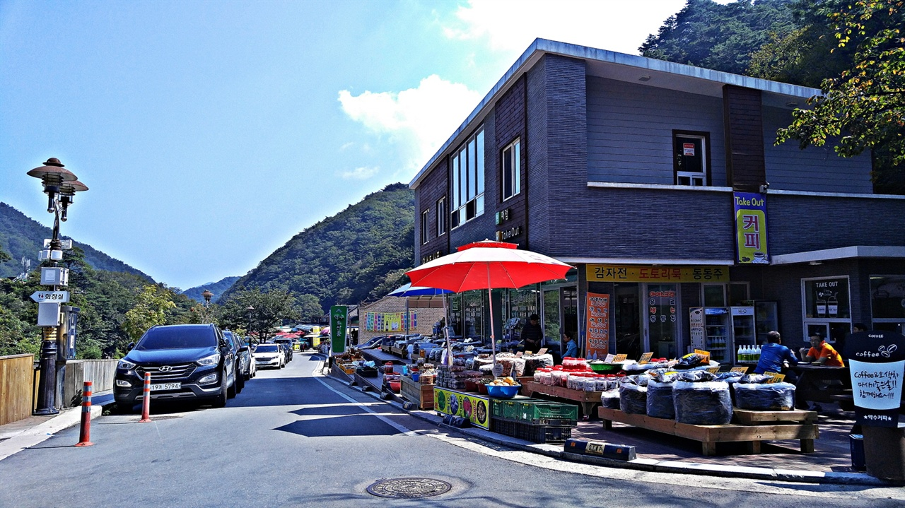 토속식당가 오색약수터 앞의 토속식당가로 이어지는 길의 오른쪽으로 산채음식을 전문으로 하는 식당들이 있다. 80년대부터 이 식당가에서 영업을 한 이들이 중간에 몇 집 있고, 주인이 바뀐 곳도 있으니 잘 선택해야 한다.