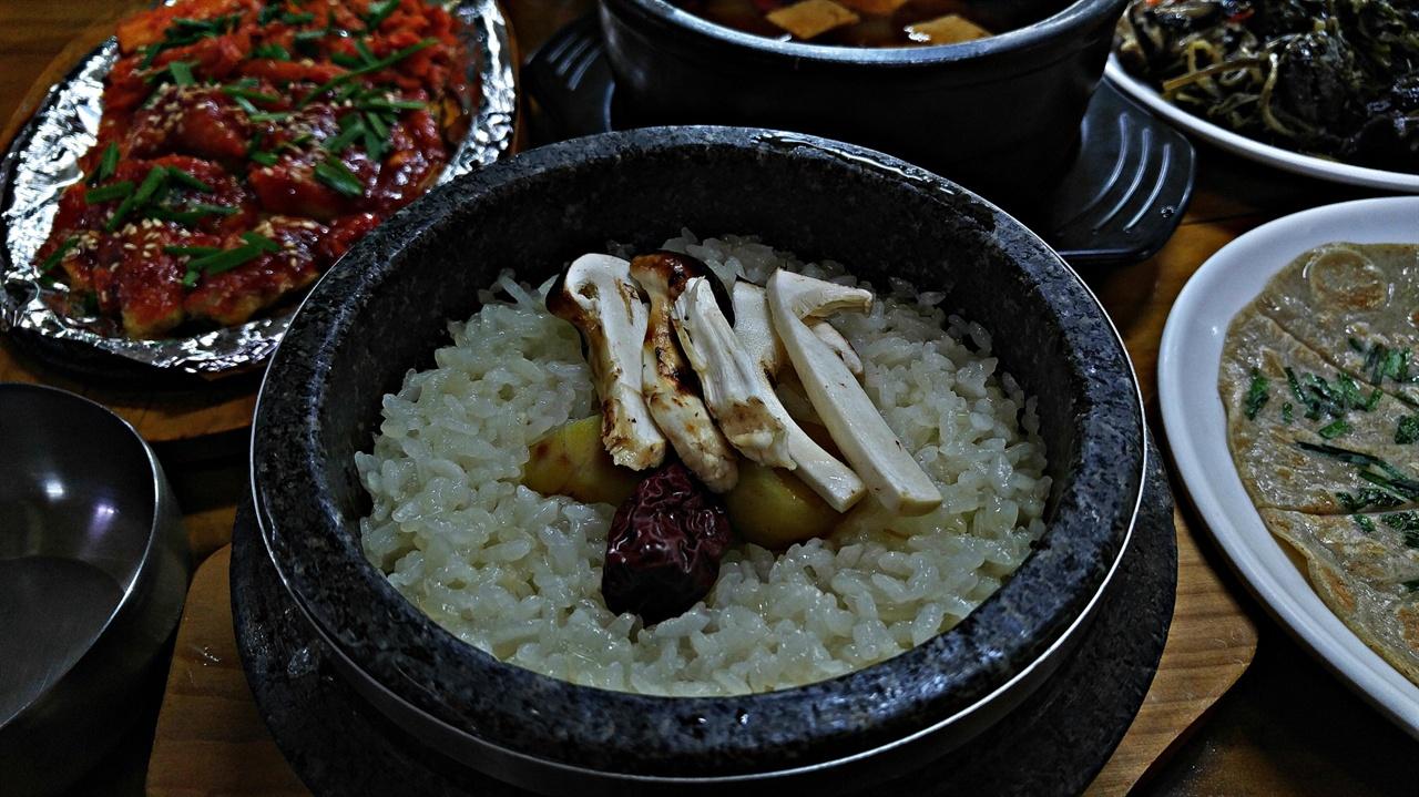 송이약수돌솥밥 돌솥에 씻어 불린 쌀을 적당량 넣고 밤과 대추를 올린 뒤 송이버섯을 썰어 넣고 고슬하게 지은 송이약수돌솥밥은 맨밥을 먹어도 맛이 뛰어나다.