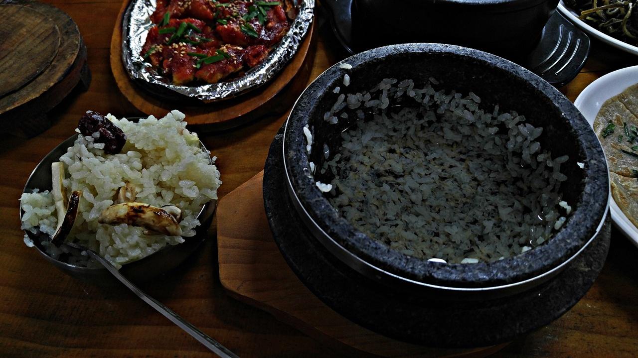 송이약수돌솥밥 송이를 넣고 지은 밥을 밥공기에 모두 푼 다음 물을 부어 숭늉을 만든다. 밥을 다 먹은 뒤 먹는 누룽지와 숭늉맛이 일품이다.