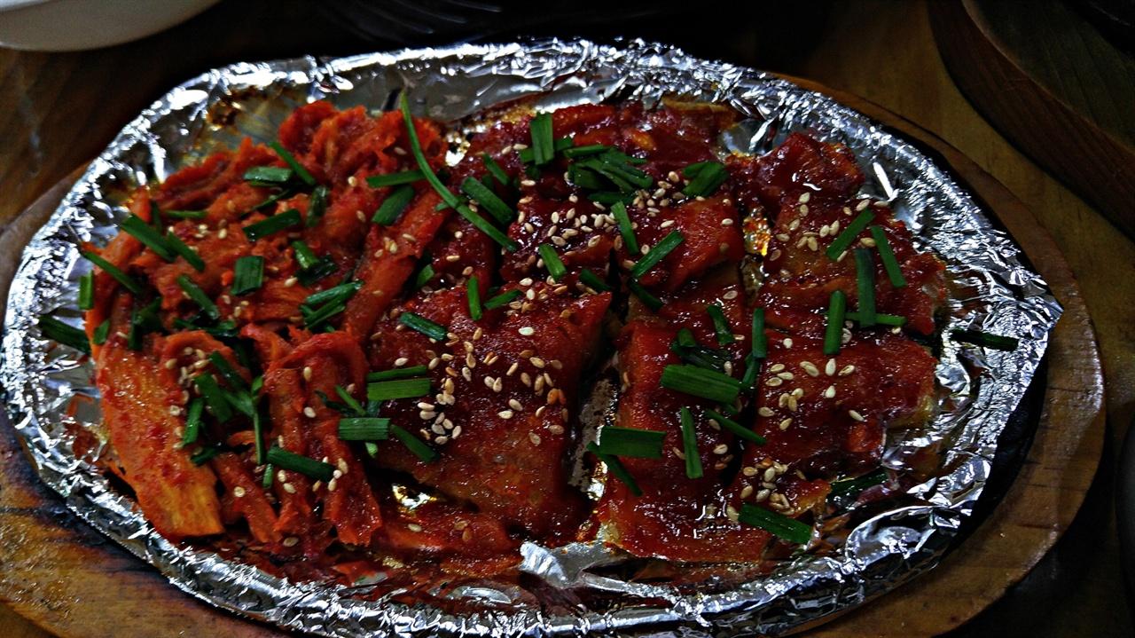 황태·더덕구이 토박이정식과 송이약수돌솥밥을 주문하면 토박이식당에서는 이와 같이 황태구이와 더덕구이를 함게 제공한다.