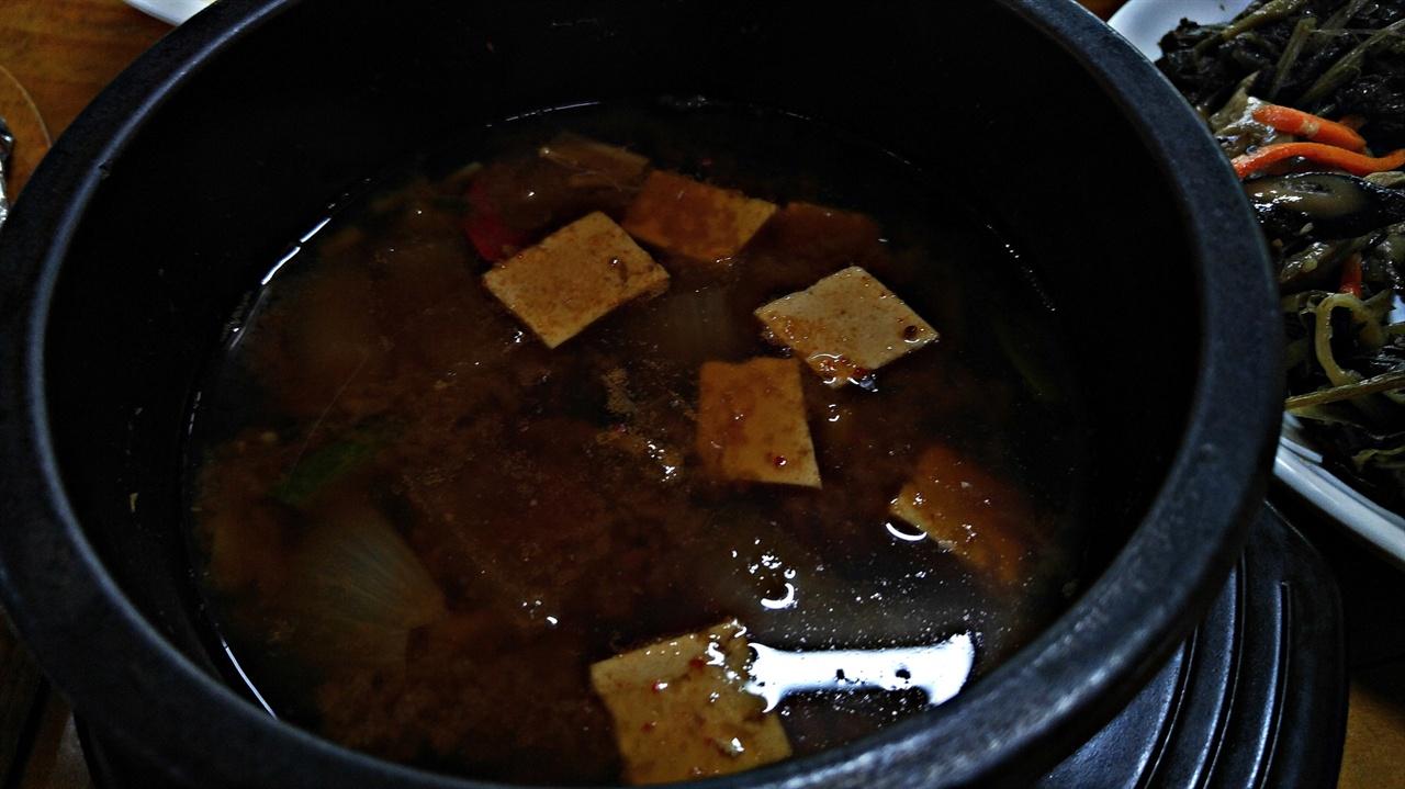 된장찌개 밥이 뜸들기를 기다리는 동안 끓어 오르던 된장찌개가 약간 식었다. 그러나 시원하며 구수한 맛이 진하다. 곧 된장찌개에 냉이를 넣기 시작해 보다 풍성한 맛을 보여준다.