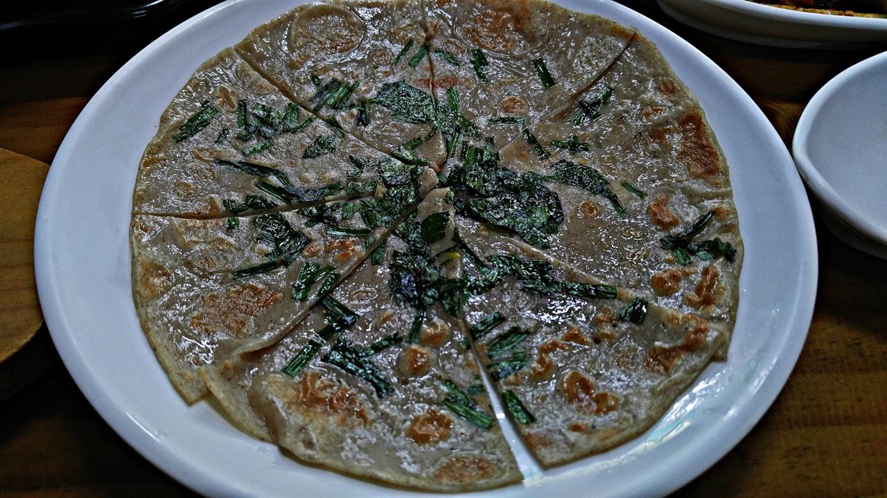 메밀전 식사를 기다리는 동안 제공되는 토박이식당의 메밀전은 메밀의 맛이 제대로 살아있다.