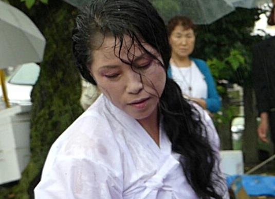 전연순 금비예술단장이 28일 일본 교토 코무덤을 찾아 임진왜란 때 희생된 조선인의 넋을 위로하는 진혼무(비총 아리랑 아미타불)를 추고 있다.