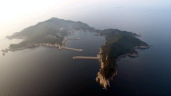 드론을 이용해 촬영한 어청도 모습. 항아리처럼 움푹 패인 곳에 있는 항구가 천혜의 항구임을 말해준다