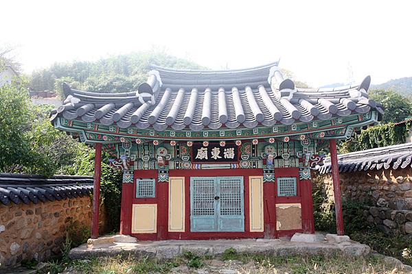 섬의 당집인 치동묘로 군산시 향토문화유산 제41호 이다