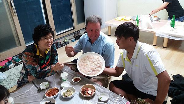 한국이 처음인데도 '섬으로' 회원들과 금방 친해져 회를 먹는 라슨. 한국인들의 친절에 감탄했다고 한다