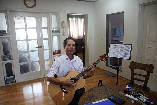 대기업에 근무하다 정년퇴직하고 고향에 돌아와 시와 작곡을 하며 펜션을 운영하는 이종선씨 모습. 25년동안 작곡한 노래가 100여곡이고 시도 250여편 썼다