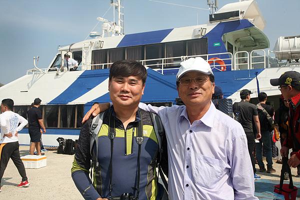 섬을 찾아 답사하는 '섬으로' 회원 까페지기 이승희(왼쪽)씨와 목포대학교 도서문화연구원 이재언 씨