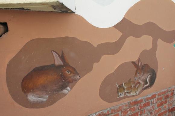 벽화가 평화로운 분위기를 자아내고 있다